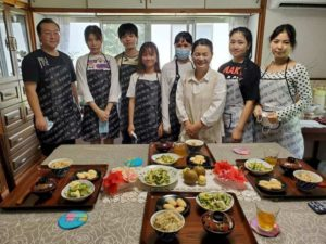 外国人留学生が日本の文化体験で料理教室に参加した写真