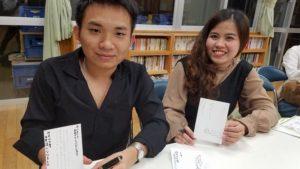 外国人留学生が文化体験で年賀状の書き方を学ぶところ