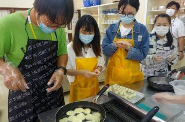 文化体験の後の沖縄県奨励品種の芋を使った料理教室